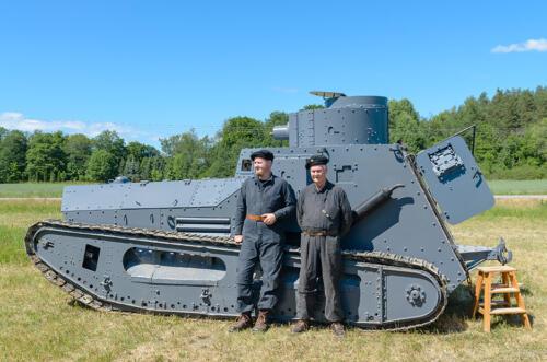 Strv m/21-29 med besättning.